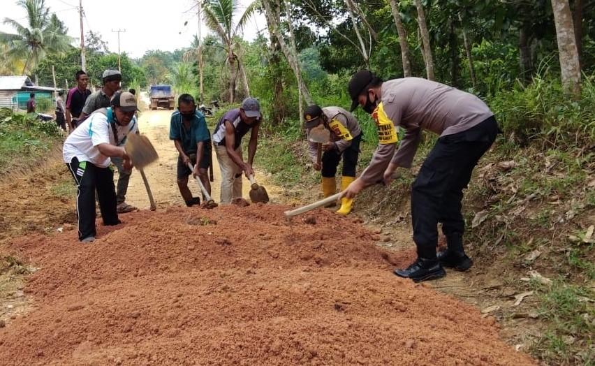 Polsek Singkep Barat Lakukan Goro, Bangun Saluran Air dan Perbaiki Jalan Rusak