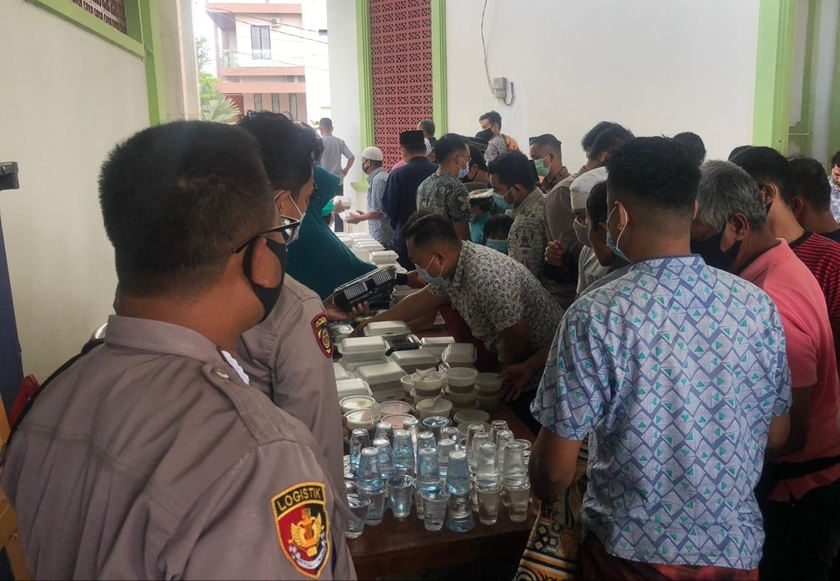 Jumat Barokah, Polresta Barelang Berbagi Nasi Kotak kepada Jemaah