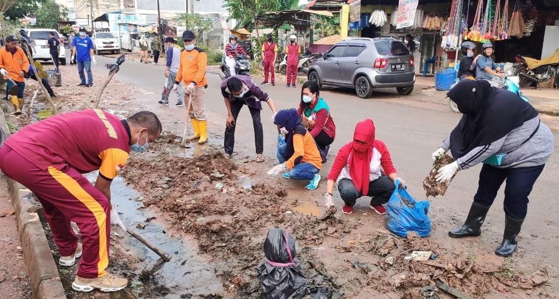 150 Personil Gabungan TNI Polri Turun Bantu Warga Tangani Persoalan Banjir