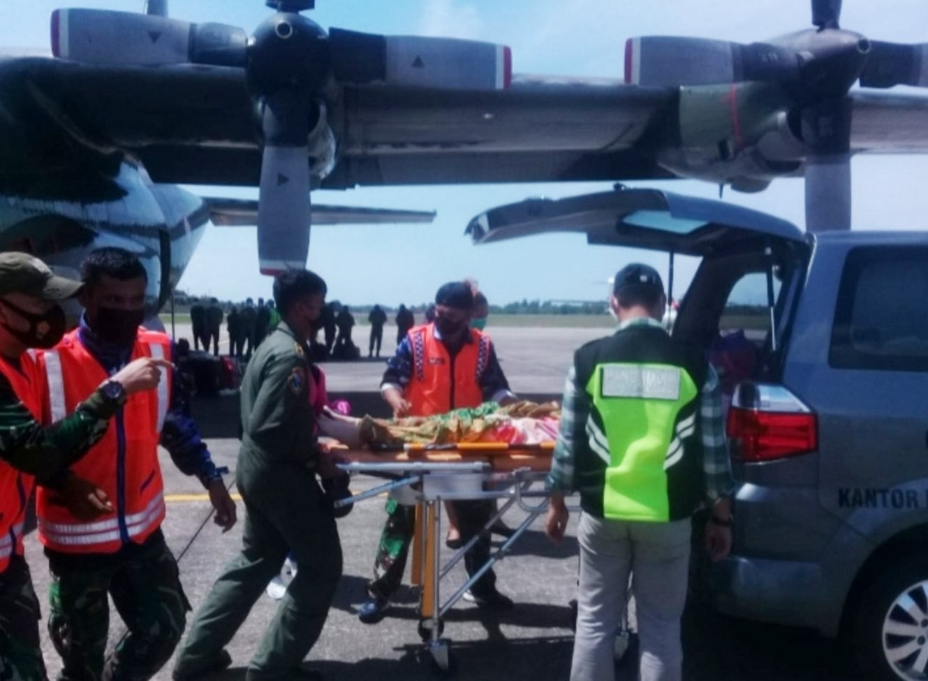 TNI AU Lanud Hang Nadim Bantu Evakuasi Masyarakat Penderita Kanker Payudara, Terbangkan dari Natuna ke Batam