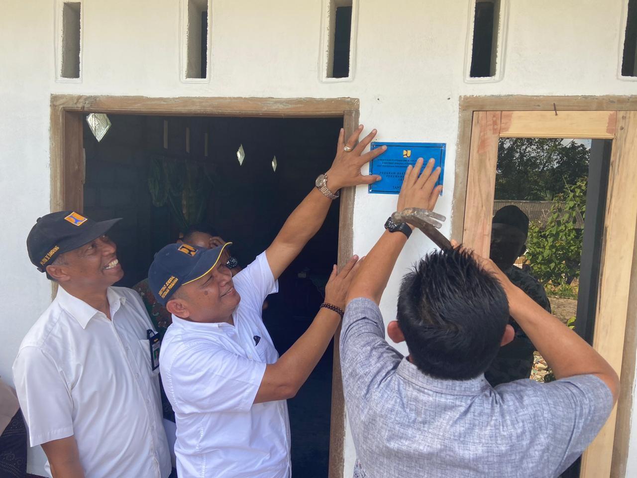 Simbolis Pemasangan Peneng Kegiatan Bedah Rumah BSPS Kabupaten Bintan