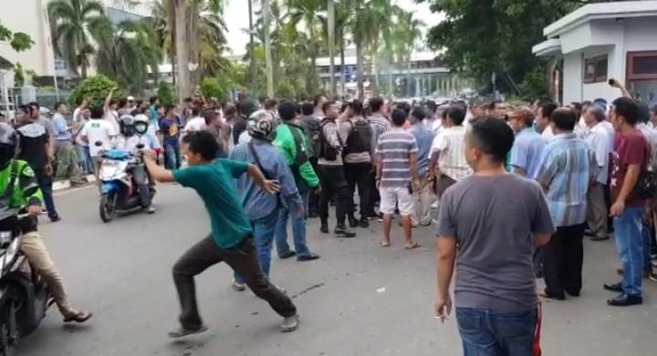 Driver Online Ditendang Pria Berbaju Hijau Saat Melintas di Pelabuhan Batam Center